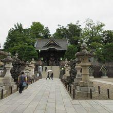 唐破風も取り入れた江戸時代末期の美しい門。