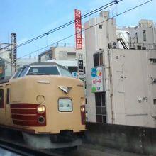 東京のど真ん中で、国鉄特急型電車のすれ違いが見れる