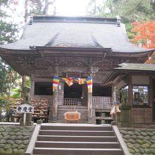 仁王立ちの弁慶像にちなんで『弁慶堂』と呼ばれる。