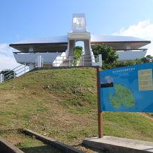 伊良部大橋を渡って左側から登る小高い山の上の展望台