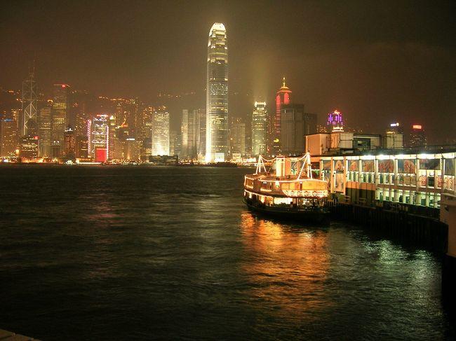 明日は、帰国する日。行きたいところが、沢山あるのに、全然、行けてない。さすがに、ちょっと、焦り気味。。。(汗)<br />実は、前日の夜、ネーザンロード沿いにあるVCDショップで、店員に探していたVCDを聞いた後、声をかけてきた香港人の人がいた。立ち話で終わってしまったが、お茶でも一緒に飲みに行って、「友達になれば良かったなぁ」と、思いつつ、スターフェリー乗り場へむかった。<br />香港島へ行く為に。。。<br /><br />香港の最後に夜に見たスターフェリー乗り場。