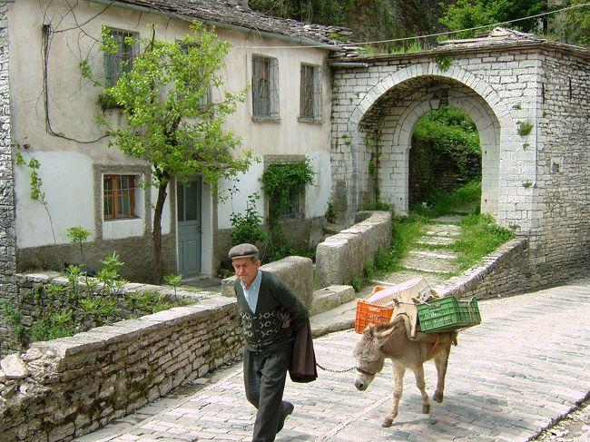 事前の情報が少なかったアルバニアだけど、静かで平和そのものでした。ギリシャより陸路入国。何にもすることが無かったけど、いい感じのアルバニアの旧市街でのんびりしてきました。<br />アルバニア、ギリシャ、キプロスと旅をしたので、ドキュメンタリー風に綴ってみました。<br />