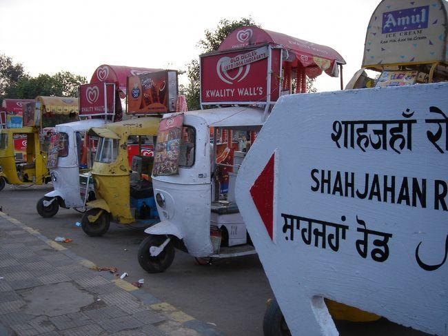 インドって不思議な国ですね・・・<br /><br />今回のインド、どれだけ自分が忍耐強いかということを<br />試されるような旅行になりました<br />やっぱりインド人のように寛大にはなれなかった。<br /><br /><br />まずデリーの空港に到着した一日目<br /><br />?空港に到着したら、バスが来ない。20分ほど待つ<br /> (インドではよくありそう・・・)<br /><br />?ホテルまでの30分ほどの道のりで、エアコン付バスが壊れて動 かなくなる。代車を30分待つ<br /> (エアコン付のバスというのは、見た目かなりオンボロな感じ でも、現地では高級に見えるので、あまり文句は言えない)<br /><br />?ホテルに着いたら、部屋が準備できていない<br /> (仕方ないかも・・・)さらに30分待つ<br /><br />?ホテルから10分ほどの距離の雑貨屋さんに行くのに、1時間して もたどり着かない(タクシーの運転手さん、意外に土地勘がな い?!)<br /><br />なんともマイペースな、インド人の皆様<br />でも、私も少しは忍耐強くなれたような気がします。<br /><br /><br /><br />2日目<br />***タージマハル***<br /><br />お天気もよくて、日本の夏のような暑さでした。27度くらいあったんじゃないかな。<br /><br />〜ガイドさんの話〜<br />この時期はまだ朝晩、摂氏5度っていう日もあるのに、今年はとても暑いとのこと。冬は摂氏0度になる日もあるほど、インドでは寒いと知られる地域。<br />ちなみに、夏本番だと45度近くまで気温があがり、ほとんど旅行者が来ない為、今が稼ぎ時だという話もしてました。<br /><br /><br />タージマハルの白い建物は、青空によく映えて本当に美しいです。ペルシア出身のアルジュマンド・バヌー(愛妃、後にムムターズと呼ばれる)のために、こんな立派なお墓を建ててしまうなんて、本当に愛されていたんだなぁって実感!<br /><br />朝のタージ、夕方のタージ、大理石の白さが空の色を吸収して、いろんな姿を見せるそうです。<br /><br />前には、きれいな庭園があり、水がはってあって<br />お墓というよりは、ちょっとしたお城といった感じ<br />庭園の池はイスラム教では「天国の園」<br />を意味し、13M四方の池から東西南北に水路があり<br />「コーラン」に出てくる天国4つの川を表しているそうです<br /><br />大理石だけで建物を作ると重すぎるということで、外は大理石、中はレンガで組み立ててあるそうです。<br /><br />中に入っても、もちろんレンガは見えません。外から見たよりも、レンガの厚みがあるため、中が狭い感じがしました。<br /><br />中の大理石や、大理石に埋め込まれた天然石も、デザインが繊細できれいです。蓮の花と葉をデザインした壁は、64個もの天然石を細かく切って、はめ込んだものだそうです。<br /><br />その天然石は世界各国から取り寄せて作ったもので、<br />白大理石は、ジャイプール<br />赤砂岩はファテープル・シークリー<br />翡翠・水晶は中国、<br />トルコ石はチベット、<br />メノウ・アメジストはペルシャ、<br />珊瑚・真珠貝をアラビア、<br />ダイアモンドはブンデルカンド、<br />瑠璃・サファイアはスリランカからのもの<br />22年間かけて作り上げたもの。<br /><br />正門の上のドームが22個あるところにもぜひ注目してほしい<br />と言うことでした。<br /><br />タージマハルの正面の定員は、イスラム教では天国の園<br />を意味し、13M四方の池から東西南北に水路があり<br />「コーラン」に出てくる天国4つの川を表しているそうです<br /><br />一生に一度は見ておきたい、タージマハルを、実際この目で見ることができて、とても感動しました。<br />写真で見るよりもずっと立派できれい、どっしりと大理石の存在感があったように感じました。<br /><br />ヤムナー川を挟んで、緑に整備された土地が広がっていました<br />そこにシャー・ジャハーン帝が自分自身のために<br />「黒大理石のタージマハル」を建てる計画があったそうです<br /><br /><br />インド人の観光客もたくさん訪れていて、13歳くらいのインド人の女の子たちが、一緒に写真撮ろう!と言ってくれて、ガイドさんに写真を撮ってもらいました。とってもいい記念になりました。家族連れや、
