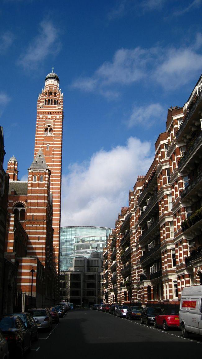 イングランドとウェールズにおけるローマン・カトリック教会の総本山、ウェストミンスター大聖堂(Westminster Cathedral)。ビザンチン様式のこの教会の歴史は浅く、20世紀初頭に建てられました。その独特な姿は、一見奇異にみえるかもしれませんが、周囲の街並みとともに眺めると、景観を熟慮したうえで建てられたことが分かります。