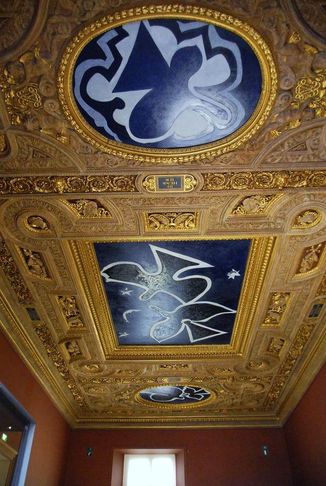ルーヴル美術館にある作品のうちで、いちばん新しいものは何だろうか。<br /><br />それはブラックの天井画だ。<br /><br />ジョルジュ・ブラック(1882−1963)はピカソと共にキュビズムを始めた。<br /><br />2階のドゥノン翼からシュリー翼に入ったところの33番展示室にある。<br /><br />アンリ2世の間だ。<br /><br />アンリ2世と言えば、シュノンソー城でディアーヌ・ド・ポワチエを追い払った<br />カトリーヌ・ド・メディシスを妻としたフランス王。<br /><br />鳥をあしらった3点。<br /><br />天井画に気付かないで通り過ぎる人も多いのではないか。<br /><br />説明のプレートは無かった。<br /><br />ブラックの年譜を見ると「1952−3年」の項に「フランス美術館総局長<br />ジョルジュ・サールの求めで、ルーヴル美術館のアンリ2世の部屋の<br />天井画を制作」とある<br /><br />ブラックが鳥をテーマにしだしたのは1930年代から、ただ彼が描いて<br />いるのは種類を特定できるような鳥ではなく、彼が見た様様な鳥の<br />印象の総合、あるいは抽象化というべきものである