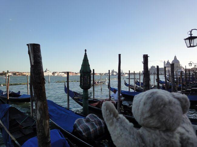 【ベネツィアの観光】<br /><br />なんとなくそこにいるだけで楽しいベネツィアの街でしたが、巨匠たちの美術作品が、美術館ではなくて、聖堂や貴族の館といった本来の場に置かれたままになっているのがベネツィアのもう一つの魅力なのだそうです・・・。<br /><br /><br />【全体の行程】<br /><br />12日間で、イタリア(ミラノ・ヴェネツィア・フィレンツェ・ピサ・ローマ)・スペイン(マドリッド・バルセロナ)・ポルトガル(リスボン)・オランダ(アムステルダム)を駆け回りました!<br /><br />JALのマイレージで、成田-ミラノ、アムステルダム‐成田の航空券を確保。<br /><br />ミラノ-ヴェネツィア、ヴェネツィア‐フィレンツェ、フィレンツエ‐ピサは鉄道で、ピサ‐ローマはアリタリア航空で移動。<br /><br />ローマ‐マドリッドは Ryanair、マドリッド‐リスボンは easyJet、リスボン‐バルセロナ、バルセロナ-アムステルダムは Vueling Airlines を利用。<br />