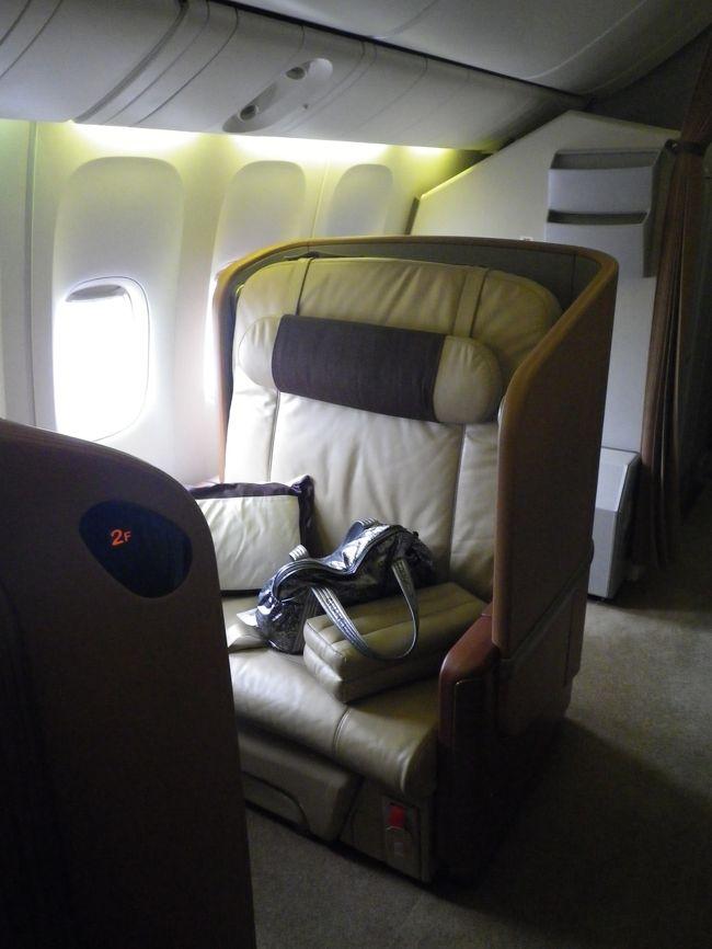 行きはA380のスイートで、帰りは777のファーストクラスです。<br /><br />行き<br />http://4travel.jp/traveler/pigeon/album/10659570/<br /><br />ホテルの送迎で空港に向かい、ターミナル3のファーストクラスチェックインレセプション前で停車。<br />車を降りるとすぐにチェックイン。<br />すぐにイミグレ。<br /><br />その後は、ファーストクラスのラウンジを抜け、ターミナル3にしかないプライベートルームに案内されたので、しっかり食事とシャンパンをいただきました。<br /><br />ファーストクラスはスイートとは全然違いますが、ベッドは個室じゃなくてもぐっすり眠れました。<br /><br />次回は昼間に乗りたいですが、7時間くらいでファーストやスイートを使うのは贅沢ですね。<br /><br />2度目のシンガポールもとても良かったです。<br />大好きになりました。<br /><br />年に1回は来たいな〜<br /><br />2012/03/16<br />SQ 11 <br />TOKYO/NARITA - SINGAPORE P 4,968マイル 5,368PP(150%)<br /><br />2012/03/20 <br />SQ 634<br />SINGAPORE - TOKYO/HANEDA P 4,968マイル 5,368PP(150%)<br /><br />これでプレミアムポイントが2万超えました。<br />