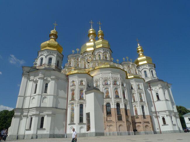 3日目にして4カ国目はウクライナの首都キエフ!<br />着たきり雀のまま入国。<br /><br />ユーロ決勝がメインなんだけど、たっかいホテル代や割高で劣悪な飛行機代払ったからには<br />観光しないと損なんで、世界遺産に的を絞っていってきました。<br /><br />