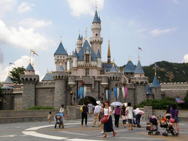 <br />香港ディズニーランドには、2012年8月20日と<br /><br />9月13日の2回続けるように行きましたが、<br /><br />1回目の8月20日は月曜日で空いてると思って行きましたが、<br /><br />なんと香港も夏休み。。。待ち時間が日本並み!<br /><br />そんなことから月曜日なんて関係なしで、<br /><br />狭いと言う事は聞いていたのですが、<br /><br />狭い上にこの混雑では、「時間待ちが少ないディズニーランド?」<br /><br />いや〜全てのアトラクションが45分から75分待ちで。。。<br /><br />少しガッカリ!<br /><br />2回目は、日本も香港も夏休みが終わった9月14日の金曜日に!<br /><br />今度は空いてること空いてる事!!ガラガラでしたよ!<br /><br />一番人気がプーさんの冒険で25分待ち!<br /><br />それ以外は全てが10分から15分待ち。<br /><br />10分から15分待ちと言っても入口から乗車するま<br /><br />で歩くだけで、直ぐ乗車出来る状況でした。<br /><br />家族旅行では困難なことだとは思いますが、<br /><br />夏休みを避けた平日が良いですね!<br /><br />キャラクターとも時間があるので、ゆっくり時間撮影!<br /><br />ティンカーベルやシンデレラとはチョットした会話も!<br /><br />賛否両論の香港ディズニーランドですが、<br /><br />小さいなりに日本とは違った楽しみ方が出来ますよ!<br /><br />また、中国本土からの観光客の横入りも、<br /><br />厳しく注意されて並ばされていました。<br /><br />最後に良くこの写真の建物を「シンデレラ城」と<br /><br />呼ぶ人がいますが、正式には「眠れる森の美女の城」です。<br /><br />それでは行き方ですが、ここは初心者。。。色々な不安が!<br /><br />バスに荷物は置けるのかな〜? 盗まれないかな〜?<br /><br />バスの料金はどうやって払うの? 小銭ないよ〜!<br /><br />じゃ〜タクシーで。。。でも言葉大丈夫かな〜?<br /><br />トランクに荷物を入れたら追加料金?<br /><br />遠回りされたり、余分に請求されないかな〜?<br /><br />っと不安ばなりでは? そんな不安ばかりでは。。。<br /><br />じゃ〜自力で電車で行きましょうよ!<br /><br />って言う事で初心者の経験に基づいて。。。。<br />
