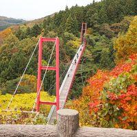 紅葉の中の千眼堂吊り橋と良寛さま
