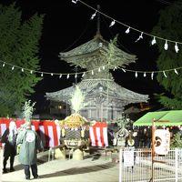 夕闇に浮かび上がる桃山時代の多宝塔と秋祭りのお神輿