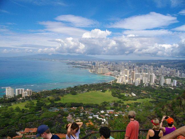 今年のハワイは6泊8日で今までで一番長いハワイ旅行になりました!<br />HISの格安ツアーで、飛行機はハワイアン航空。ホテルはオハナウエスト。<br />タイムシェアの話を聞いたり、ダイヤモンドヘッドに登ったり。<br />でも、やっぱりグルメ中心でした!!