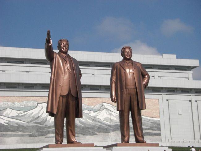 2012年8月、かの金正日が死去した翌年の夏、北朝鮮に行ってきました。<br />大連の金橋旅行社さんに手配を依頼して3泊4日の個人ツアーで参加。<br /><br />1 入国〜2日目午前・平壌市内 <br />  ( この旅行記 )<br />2 2日目午後〜3日目朝・平壌市内とマスゲーム、板門店への道<br />  ( http://4travel.jp/travelogue/10975740 )<br />3 3日目〜帰国 板門店、開城、平壌<br />  ( http://4travel.jp/travelogue/10975768 )