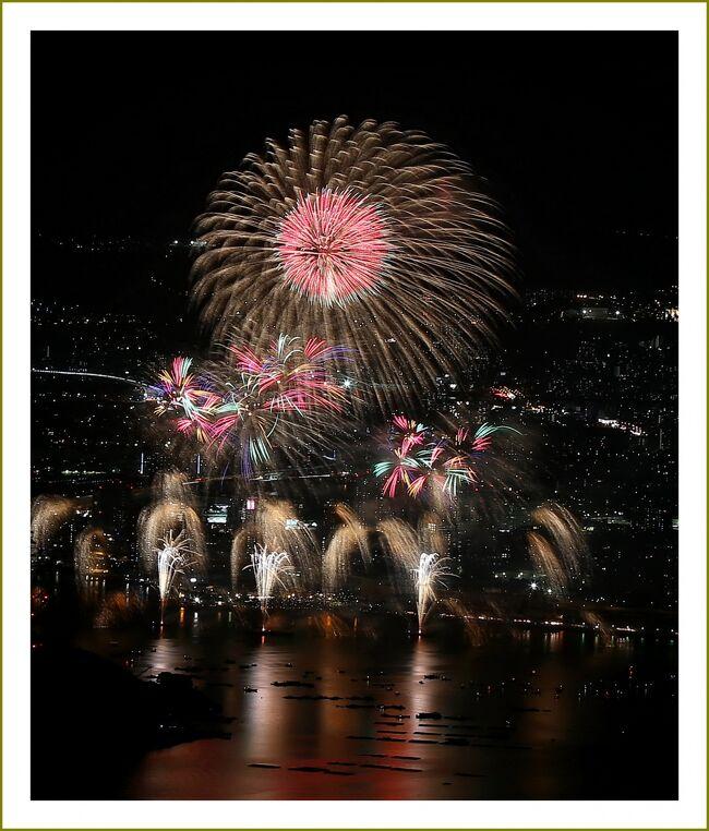 ■感動~\(^0^)/ 標高559mの山頂から見下ろす広島みなと'夢花火'♪<br /> Solitary Journey [1621] <br /><br />【 4トラ入会10周年・再編集手記 】<br /> 実は、今日(2017.06.09)で4トラへ加入してちょうど10年が経ちました。4トラをこよなく愛して丸10年、「飽きもせず、よーやってきたナ!」と自画自賛^皿^;<br /> 今は、歩けなくなった義母の介護生活に疲れ果てて、旅行記を作成する時間がなく気力も消え失せて、ただ合間を見ては、わたくしの旅行記へ訪問してくださった方々へのお礼訪問をするだけの毎日になっております。どっかパーッと遠くへ突っ走って行って解放されたい気分ですね。<br /> と言うことで、この日はなにか10周年記念としてブログアップしたかったのですけれども、現状では新旅行記の作成は無理。未アップの旅行記が150ファイル以上残っているんですけどね~。いずれアップしようと思ってはいるもののいつになることやら。<br /> そこで、考えたあげく(ホントはあんまり考えていない^^)10周年記念に、ちょっとお気に入りの「広島みなと夢花火編」を再編集しようと思いつきました。<br />※2017.06.09再編集。今年の夢花火のころは介護生活から解放されているかな。<br /><br />▽夏の風物詩♪ ~広島みなと'夢花火'大会~<br /> 瀬戸内海で開催される広島県広島市の花火大会です。潮の香り漂う瀬戸内海を舞台に、夢をコンセプトとした約1万発の花火が夜空を彩ります。<br /> 開催日時:平成27年7月25日(土)8時~9時 場所:広島港1万トンバース <br /><br />▽花火玉大きさと高度 広島祭委員会HPより<br /> 日本では、花火の大きさは、尺貫法(一寸=3.3cm)を基準に分類されています。<br /> 花火玉の大きさは特2号玉から30号まであり、普通の花火大会などでは主に3~5号玉が使われています。<br /> 10号玉は直径が一尺あるため、特に「尺玉」と呼ばれ、花火大会の花形となっています。<br /> 打ち上げ花火は、玉の寸法によって火薬の量や導火線の長さが決まるので、それによって打ち上げる高さも決まります。<br /> 高さと開きのバランスは玉の寸法によってさまざまですが、だいたい3号玉で120メートル、10号玉で320メートルくらいといわれています。<br /> 大きな30号玉になると約700メートルくらいまでとなっています。<br /><br />▽玉の種類<br /> 打ち上げ花火は「割物」、「ポカ物」、「半割物」に大別することができます。<br />・割物<br /> 球状に整然とした型で勢いよく開く花火。玉の中央に強力な破弾薬を仕込み、周囲に配した「星」(光や色彩、煙を出す小さな球状の火薬)を飛ばす仕組み。 <br />・ポカ物<br /> 「星」を雑然と配し、玉が上空に達した時にその名のとおり、ポカっと2つに割れていろいろな細工を見せる花火。通常はこのうちいくつかを併用し、「柳に小花」などという構成の花火になる。 <br />・半割物<br />ちょうど割物とポカ物の間のようなもので、小さな玉をたくさん詰め、割物より少なめの破弾薬を隙間に込めて開発させる仕組み。広がりは割物のようには大きくならない。 <br /><br />▽花火の歴史<br /> 日本への火薬の伝来は1543年の種子島ですが、1613年イギリス国王の使者ジョンセリスが、駿府城の徳川家康を尋ねたとき、持参の花火を見せたという記録が残っているというのが一般にいわれてきました。<br /> さらに最近になって、その数十年前に伊達政宗公が見たという古文書も見つかっています。<br /> 当時の花火は筒から火の粉が吹き出すもので、現在のような打ち揚げ花火の登場は19世紀になってからです。<br />・玉屋・鍵屋<br /> 1659年、伊賀(三重県)篠原村、弥兵衛という青年が江戸に上り、日本橋横山町に「鍵屋」を興す。葦の管に火薬をつめた花火を作り、大評判となったと伝えられています。<br /> 幕府による度々の花火禁止例もこのころになると緩み、江戸の豪商達は争って鍵屋に花火を打ち揚げさせました。<br /> 以降、大川橋の川開きは「鍵屋」「玉屋」時代を迎えます。ところが、1843年、玉屋は火災をおこし江戸所払いとなります。このように玉屋は一代かぎりで断絶してしまいました。 <br /><br />▽絵下山/広島県安芸区矢野町<br /> 国道31号の熊野別れを熊野方面に進み、昭和入り口から絵下山方面に進みます。頂上まで舗装された道路が整備されており車で行く