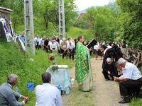 ROMANIA12 ポイエニ村5 丘の上での十字架祭礼とお葬式 Poienile Izei