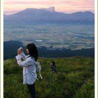 Solitary Journey [1645] 雲海には出会えませんでしたが、朝陽でオレンジ色に輝く阿蘇の山々がきれいでした。<大観峰>熊本県阿蘇市