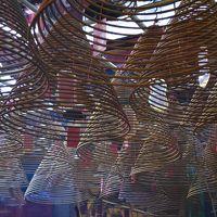 きらめき☆香港をイク!2015/10�頭の上にはグルグル線香「文武廟」でお祈りを。