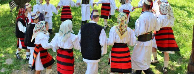ROMANIA16 村の伝統舞踊の練習場へ OcnaSu...