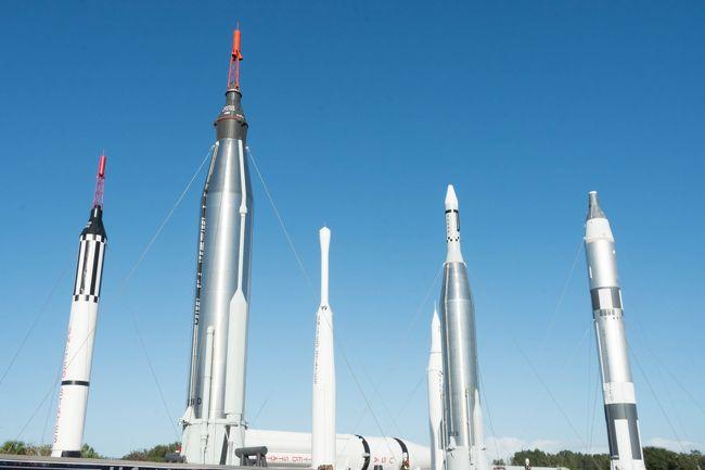 3機のスペースシャトルを見るツアー、3日目です。昨夜ハージニア州からはるばる1200km旅してフロリダにやってきまして、今日はケネディ宇宙センターにスペースシャトル「アトランティス」を見に行きます。ケネディ宇宙センターと言えば、アメリカの有人宇宙計画初期からロケットの打ち上げに使われてきた長い歴史を誇る施設です。ビジターセンターに置かれた「アトランティス」を見た後、打ち上げ施設近くまで行くバスツアーに参加します。あの、月ロケットやスペースシャトルの打ち上げにも使われた施設です。今はスペースシャトルも、次期有人ロケットも、打ち上げられていませんが、どんなものが見られるでしょうか。