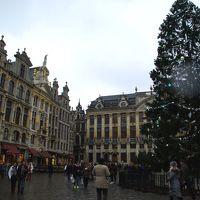 ベルギーの首都ブリュッセル。華麗なるグランプラスのクリスマス。小便小僧もクリスマスバージョン。