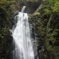 抱返り渓谷(だきかえりけいこく)では回顧の滝まで紅葉を楽しむ。ちょっとした散歩道。