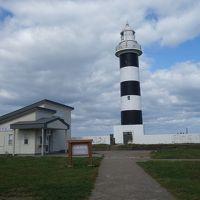 入道崎灯台は,白黒の縞模様。北緯40度の線が走っているようです。