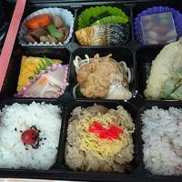 佐賀・福岡の紅葉の名所へ(19) 昼食は、駐車場に停まった観光バスの中で。