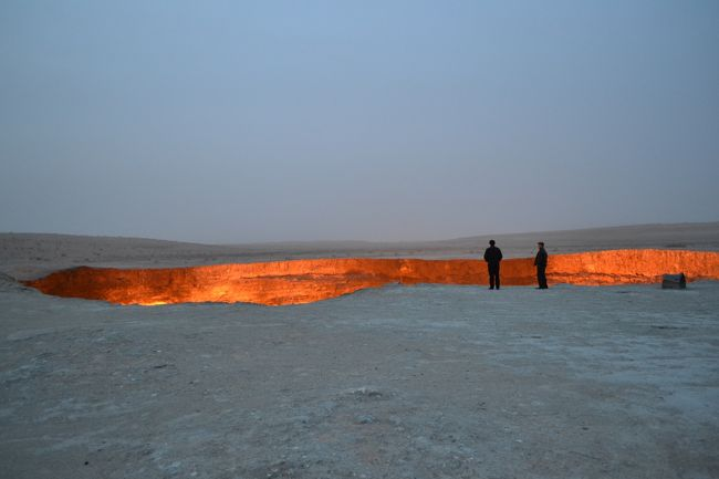 【3日目:ヒヴァ→(国境越え)→ダシャウズ→クニャ・ウルゲンチ→ダルヴァサ(地獄の門)】<br /><br />1週間のお休みをいただきウズベキスタンとトルクメニスタンに行ってきました!初めての中央アジアです。世界遺産の素敵なイスラム建築、遊牧民系のおいしい料理、迫力いっぱいの地獄の門、巨大建築が立ち並ぶ不思議な都市、ウズベキスタン鉄道の特急列車などなど、短い間でしたが盛りだくさんの8日間になりました。<br /><br />1日目 成田→(飛行機:ソウル乗継ぎ)→タシケント<br />2日目 タシケント→(飛行機)→ウルゲンチ→ヒヴァ<br />★3日目 ヒヴァ→(国境越え)→ダシャウズ→クニャ・ウルゲンチ→ダルヴァサ(地獄の門)<br />4日目 ダルヴァザ(地獄の門)→アシガバード<br />5日目 アシガバード→(飛行機)→トルクメナバード→(国境越)→ブハラ<br />6日目 ブハラ<br />7日目 ブハラ→(列車)→サマルカンド<br />8日目 サマルカンド→(列車)→タシケント→(飛行機:ソウル乗継ぎ)→成田