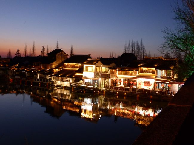 10年ぶりに上海に行って来ました♪<br /><br />今回一番楽しみにしていたのは、この上海郊外の小さな水郷の街、朱家角に行くこと。<br />あんな大都会からすぐの所に、こんなに古い素敵な街並みが残っているなんて・・・。<br /><br />風情たっぷり。<br />風情しかない。<br />大変気に入りました。