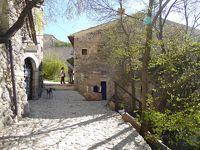 春の優雅なアブルッツォ州/モリーゼ州 古城と美しき村巡りの旅♪ Vol75(第4日) ☆Calascio:美しきカラーショ城(ロッカ・カラーショ)へ♪小さな村を抜けて♪