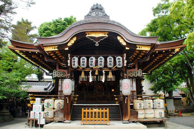 4月18日に出掛けた安井金比羅さん。<br />http://4travel.jp/travelogue/11234129<br /><br />母親が、やっぱりしっかりお祓いをして欲しいと言うことだったので、神社に電話して予約しました。<br />前回の旅行記にも書きましたが、お祓いのコースは、3日間分が6千円、1週間分が1万円、1ヶ月が3万円です。<br />数日して戴いても同じだった場合は幾らやっても同じでしょうから、1ヶ月って言うのは不必要と考えて、1週間でお願いしておきました。<br /><br />どのコースでもお祓い自体の内容は全く同じで、その後本人が行かなくても神社側で祓ってくれると言うスタイル。<br />その時間によって金額が決まってくる‥というシステムでした。<br /><br />では、そろそろ出掛けましょうか。