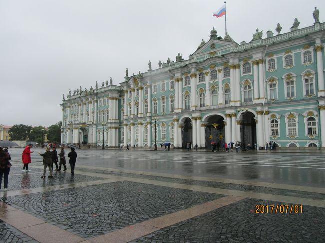 日本を出てから三日目、サンクトペテルブルク観光の二日目です。<br />今日は下船してからバスで市内観光をした後、エミルタージュ美術館をメインに観光します。<br />エミルタージュ美術館はピョーテル大帝の冬の宮殿、大小エミルタージュ、エミルタージュ劇場の建物群から構成されています。<br />現在は帝政ロシアの皇帝の御所として使われた豪華な建築物と世界中に知れ渡る美術品のコレクションを持つ美術館として公開されています。