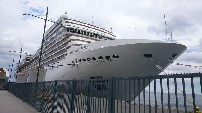 乗船について参考にまとめます。時間かけて調べたので、お役に立てれば幸いです。<br /><br />【目的】<br />コペンハーゲン発のMSC、Costa等のクルーズ船(cruise ship)に乗る<br /><br />【結論】<br />クルーズ船のターミナルへは以下ルートで到達可能。<br /><br />(下記例ではシングルチケットの組み合わせで60DKK。同じルートでいくならzone1〜4の1day券(city pass 80DKK)がおすすめだが、乗車前に打刻しないと罰金有るので注意)<br /><br />1.空港 ⇒ コペンハーゲン中央駅<br /><br />国鉄(エスト)の自販機でKobenhavn Hまでのチケット購入し、2番ターミナルから3駅<br />(36DKK)<br /><br />2.コペンハーゲン中央駅⇒クルーズターミナル<br /><br />コペンハーゲン中央駅で国鉄(エスト)Norvhavn駅までのチケットを購入し乗車(ターミナルは現地で要確認)(24DKK)<br /><br />⇒ 27番線のバス停からoceankaj行に乗るとクルーズターミナルまで行ける<br />(降りたらバス停から少し歩きますが、目の前の船にワクワクして気にならないかと)<br /><br />※各駅エスカレーター、エレベーターが少ないため、重い荷物を階段で上がらないといけないかも。<br /><br />※参考動画<br />https://youtu.be/-rzBe1mSZQ0<br /><br />※参考:http://www.visitcopenhagen.com/copenhagen/transportation/public-transport<br /><br />http://www.visitcopenhagen.com/copenhagen/transportation/and-cruise-terminals<br /><br />http://cruiseportwiki.com/Copenhagen