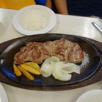 沖縄に来たら,やっぱ,ステーキでしょう。世界的な人気店でいただきました。