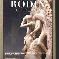 ライトアップされた夜のメトロポリタン美術館でロダン展を見る