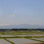 こまち号は、大宮駅を出ると仙台、盛岡にのみ停まり、田沢湖線に乗り入れて最初の停車駅が田沢湖駅。 列車は、田植えの始まった東北地方を走り抜けていく。 大宮を出て1時間40分余り。 車窓に見えてきたのは、焼石岳とその北に連なる山々。