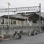 【 宗吾参道駅 】   3月1日、小雨の土曜日でした。車で行ったのですが、この記事を書くにあたって霊堂から駅までの道を徒歩で往復してみました。まずはその様子から書いてゆきます。  最寄の駅は京成電鉄宗吾参道駅です。ここから霊堂まではちょうど1km。写真を撮りながらゆっくり歩いて15分ほどでした。  霊堂の所在地は成田市ですが、駅は印旛郡酒々井町です。そして祀られている惣五郎は佐倉藩の名主で近くには佐倉市がある・・・。なんだかややこしいですね。  ちなみに駅からあとで述べる甚兵衛公園までの7kmほどの道は義民ロードと名付けられています。惣五郎を義民と慕う人々の気持ちからの命名ですが、あえて難癖をつけるならば、ロードなどというカタカナ語ではなく、「義民街道」とか「義民の道」とか日本語で呼んでもらいたいものだと思いました。
