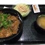 出発が22:00過ぎだったので、羽田空港国際線ターミナルで夕食を取る。カレーでもと思っていたのだけど、1,700円とかベラボーに高かったので、端の方にあった吉野家で豚丼を頂く。