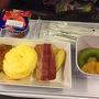 機内食朝? 2人ともエッグを選択  スクランブルエッグの下にパンが敷かれてます。
