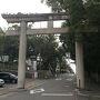 ●鳥居@近鉄枚岡駅界隈  駅から、早速枚岡神社に向かって歩きました。 踏切を渡ると、大きな鳥居がありました。
