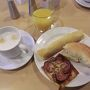 朝になりました。  朝食は付いていないけど 何もないのでホテル内のレストランに行きました。 メニューの中から一番無難そうな コンチネンタルブレックファーストをいただきます。