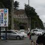 まずはクラゲの水族館で最近テレビでもよく放映されている鶴岡加茂水族館に参りました。寒河江からは1時間30分を切るくらいでほぼ予定通りに到着です。  開館時間は9時で人気スポットなので30分前にはつこうと来ましたが、お盆数日間は8時から開館していたようで、既に8割がた駐車場が埋まってました。恐るべし人気ですが、ギリギリセーフ。