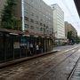 ホテル近くの路面電車乗り場  朝から雨が降っています。今日は呉線沿線に行きます。呉線は電車の本数が少ないので、1本乗り遅れると2時間電車がありません。通勤通学時間のため、電車はかなり混んでいました。雨がだんだん激しくなってきました。この電車は広まで。ここで三原行きに乗り換えです。seven-elevenがあったので覗いてみたら、キャベツがあったので購入。ここからは電車がぐっと少なくなります。瀬戸内海を見ながらの旅、雨が上がってきて、太陽が出てきました。