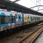 ●特急しおかぜ号@JR宇多津駅  JR四国では、アンパンマン列車が走っています。 僕も帰省する時に、たまにあたるのですが、あまりにも大々的すぎて、ちょっと恥ずかしい…。