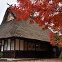 富士山は雲に隠れているので、いつもの早朝の定点撮影はなし。朝のひと時をロッジで過ごしたあと、たまには美術館にでも行ってみようということで、甲府の山梨県立美術館へ。 途中、河口湖大橋の手前に、飛騨の古民家を移築した甘味喫茶「不動茶屋」がある。そこの紅葉が見事だったので、立ち寄ってみた。ここは8月の花火大会のとき、場所取り後の余った時間をつぶすために入ったところ。まだ開店前だったので、外から眺めただけ。