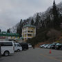 スキー場の駐車場は1日600円。 今回は6人なので1人100円と考え近さを取りました。ほとんどスキーヤーのようです。
