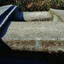 岩船上面には上がることができる。二つの方形穴には雨水が溜まっている。
