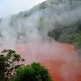 別府地獄めぐり。8つの地獄の始まりです。 先ずは「血の池地獄」 真っ赤な池から湯気立つ光景が非常に不思議。