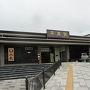 【2016年6月20日】  盛岡から東北本線の普通電車に乗って平泉にやってきました。観光客らしき人たちが10人くらい下車しましたが駅前は本当に静かでした。今日は月曜日ですが週末はもう少し賑やかなのかもしれません。  まずは駅から近い毛越寺へ行くことにします。さほど遠く無いので徒歩で向かうことにしました。