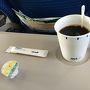 暑い日でしたので、機内サービスでは、アイスコーヒーを頂きました。